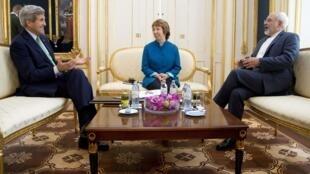 美國國務卿克里10月15日與伊朗外交部長紮里夫在維也納進行了會面