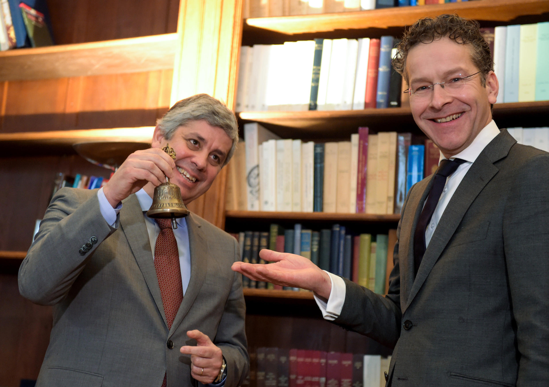 """Centeno recebeu o """"sino do Eurogrupo"""" das mão de seu antecessor Jeroen Dijsselbloem"""
