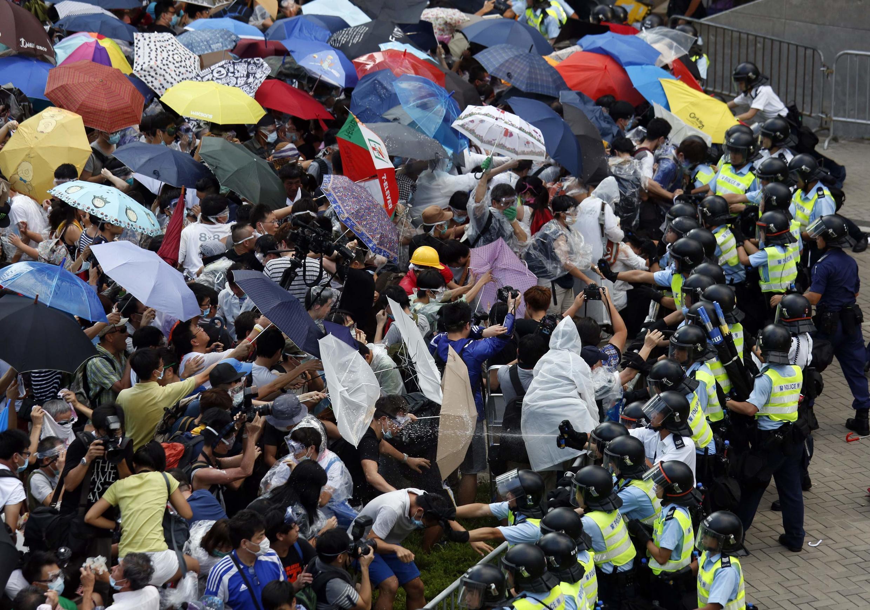 Người biểu tình dùng dù để chống đỡ hơi cay tiêu của cảnh sát chống bạo động tại Hồng Kông ngày 28/09/2014.