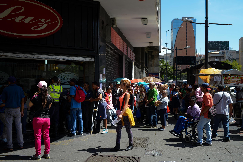 Des Vénézuéliens font la queue devant un supermarché à Caracas pour acheter des produits alimentaires de première nécessité. Le 10 novembre 2017.