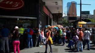 Des Vénézuéliens font la queue devant un supermarché à Caracas pour acheter des produits alimentaires de première nécessité, le 10 novembre 2017.
