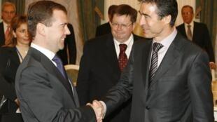 Le président russe Dmitri Medvedev (d) en compagnie du secrétaire général de l'Otan Anders Rasmussen, le 16 décembre 2009.