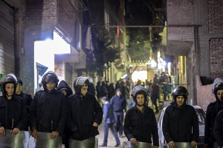 """در انفجاری که شنبه ١۵ دی/  ۵ ژانویه ٢٠۱٩ در مقابل کلیسای """"العذراء و أبوسيفين"""" واقع در حومۀ قاهره رخ داد، نیروهای انتظامی تمام خیابانهای منتهی به کلیسا را بستند. ."""