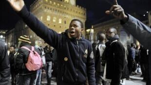 Senegaleses que vivem na Itália protestam após assassinato de dois vendedores ambulantes em Florença nesta terça-feira.