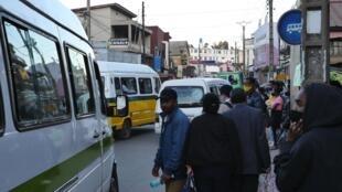 Ce 26 août, route circulaire à l'heure de pointe. Les files de taxi-be ont fait à nouveau leur apparition dans la capitale, après deux mois d'absence.