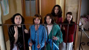 """Berta Ojea (Dolores), Sandrine Kiberlain (Suzanne Joubert), Carmen Maura  (Conception), Natalia Verbeke (Maria), Lola Dueñas (Carmen) (de g. à dr.) dans """"Les femmes du 6è étage"""" de Philippe Le Guay."""