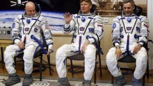 Từ trái sang phải: Phi hành gia Scott Kelly (NASA), và hai phi hành gia Nga Mikhail Kornienko và Gennady Padalk.