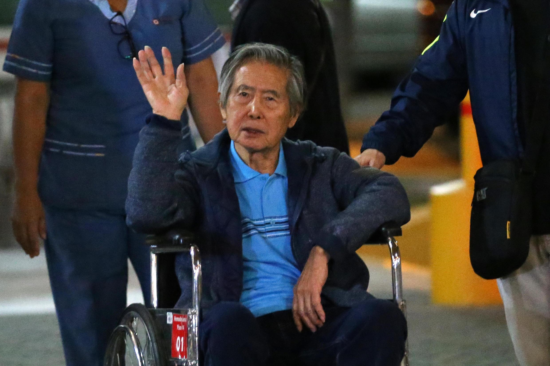 El expresidente peruano Alberto Fujimori saluda a sus partidarios al salir de la Clínica Centenario donde fue hospitalizado, el 4 de enero de 2018 en Lima