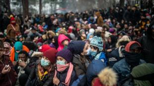 Des milliers migrants attendent à la frontière gréco-turque au poste de Pazarkule, dans le district turc d'Edirne, le 29 février 2020.