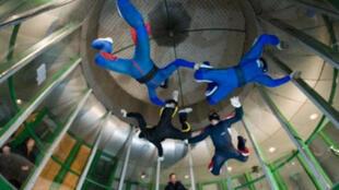 Un simulateur de chute libre.
