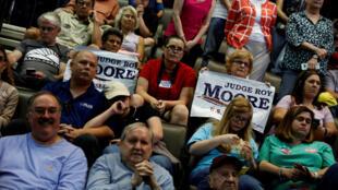 Des partisans de Roy Moore lors d'un meeting en faveur de son adversaire Luther Strange, à Huntsville, Alabama.
