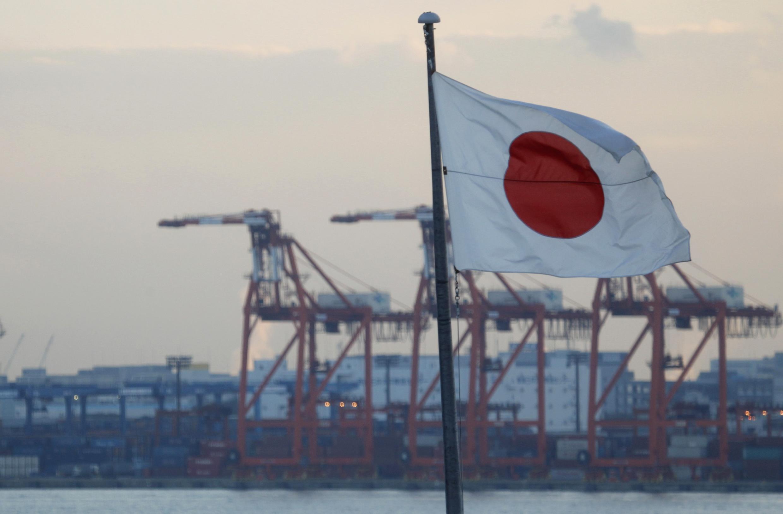 Bandera japonesa en el puerto de Tokio.