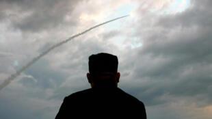Ảnh chụp màn hình của KCTV ngày 01/08/2019 cho thấy lãnh đạo Bắc Triều Tiên Kim Jong Un đang theo dõi việc phóng một tên lửa đạn đạo.