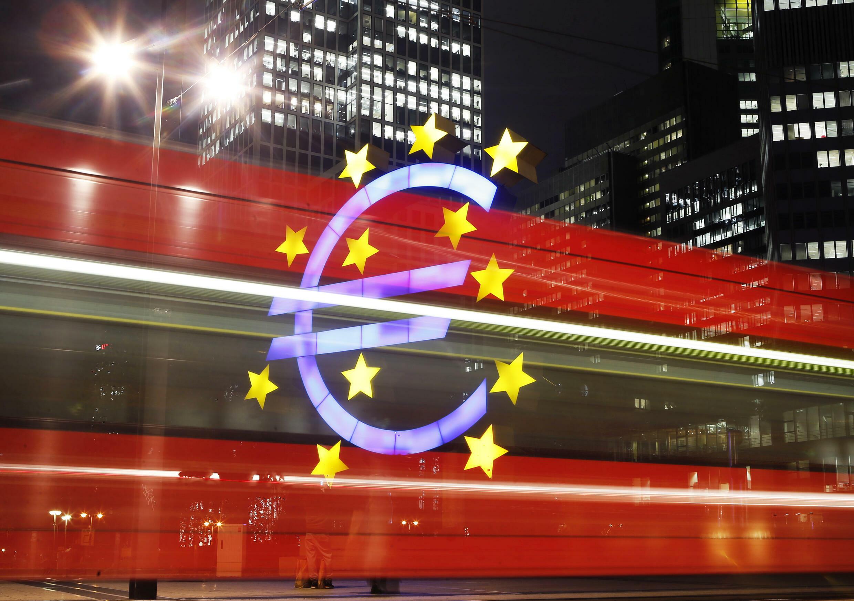 法蘭克福街頭城鐵駛過歐洲央行辦公大樓
