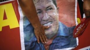 Wananchi wa Venezuela wakiwa wanagusa picha ya Rais Hugo Chavez wakimuombea kipindi hiki afya yake ikizidi kuzorota nchini Cuba