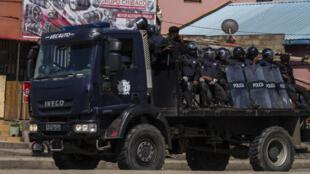 Forças policiais em Luanda.