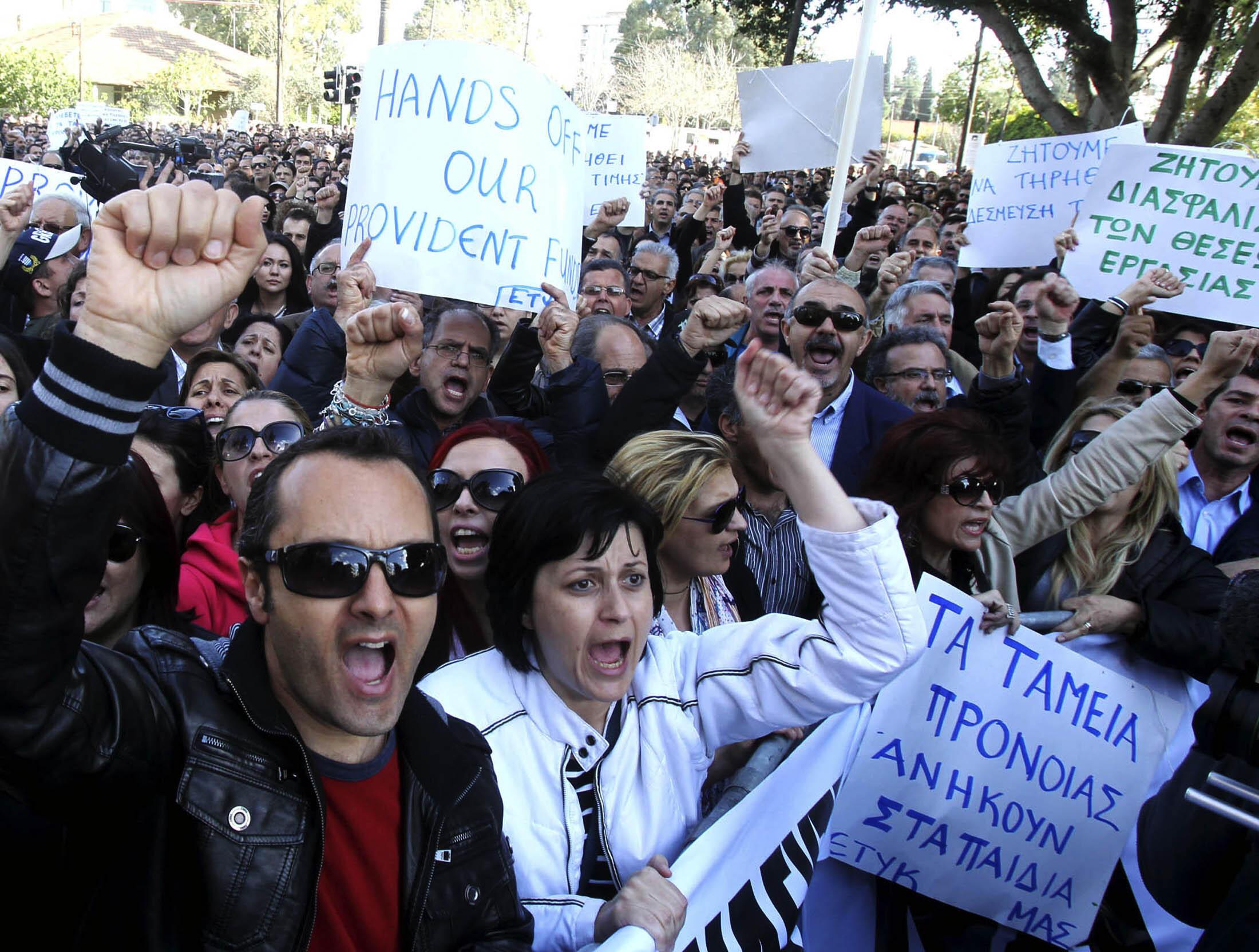 Protesto nas ruas de Nicosia, em frente ao Parlamento, no último dia 4 de abril.
