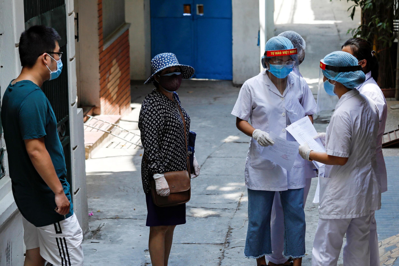 Nhân viên y tế tiến hành điều tra dịch tễ dân cư trong khu phố mới phát hiện trường hợp nhiễm Covid-19 tại Hà Nội ngày 30/07/2020.