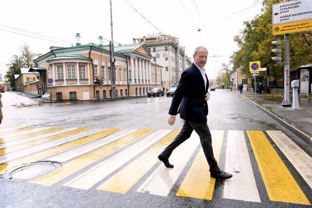 O banqueiro Christopher Mourafiev-Apostol conseguiu o usufruto da mansão da família em Moscou, que transformou num centro cultural da cidade.