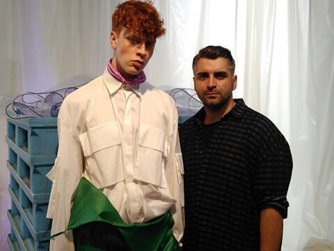 O designer português Hugo Costa (à direita) junto de um modelo vestido com elementos da sua nova colecção apresentada em Paris neste dia 18 de Junho de 2019.