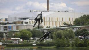 Richard Browning cho  thử nghiệm  bộ áo bay Jet Suit trên hồ Belgrade ngày 22/05/2019.
