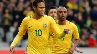 Neymar (n°10) marcou o primeiro golo frente ao Japão.