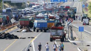 Agricultores franceses bloquean la autopista A6 en Limonest, cerca de Lyon, 23 de julio de 2015.