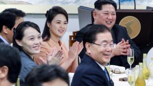 Bà  Ri Sol Ju (P) và Kim Yo Jong trong buổi dạ tiệc kết thúc hội nghị thượng đỉnh liên Triều tại Bàn Môn Điếm, ngày 27/04/2018.