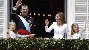 Felipe VI y Letizia, los nuevos reyes de España, con sus hijas.