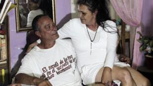 Ông Angel Figueredo, tù chính trị Cuba vừa được thả, cùng với vợ tại  nhà riêng ở La Habana, 08/01/2015