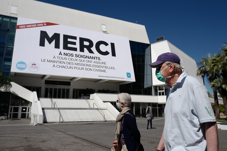 Le 12 mai 2020, à l'origine la date d'ouverture du Festival de Cannes 2020, une affiche «Merci à nos soignants» trône sur le fronton du Palais des Festivals à Cannes, lieu habituel du plus grand rendez-vous du cinéma.