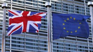 Un drapeau britannique flottant aux côtés de celui de l'UE, lors d'une visite du Premier ministre David Cameron, à la Comission européenne de Bruxelles, le 16 février 2016.