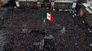 La place du Zocalo à Mexico était noire de monde pour l'investiture du nouveau président mexicain, Andrès Manuel Lopez Obrador, samedi 1er décembre 2018.