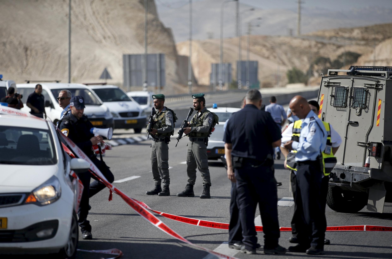 Les militaires israéliens sur les lieux d'une attaque au couteau en Cisjordanie, le 22 novembre 2015.