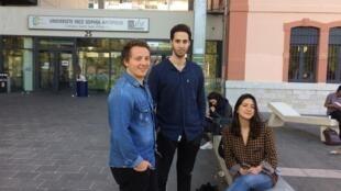 Os estudantes do quinto ano de Odontologia na Universidade de Nice Thibaud (à esquerda), Lamjed (centro) e Laura (à direita) vão votar na direita no primeiro turno da eleição presidencial.