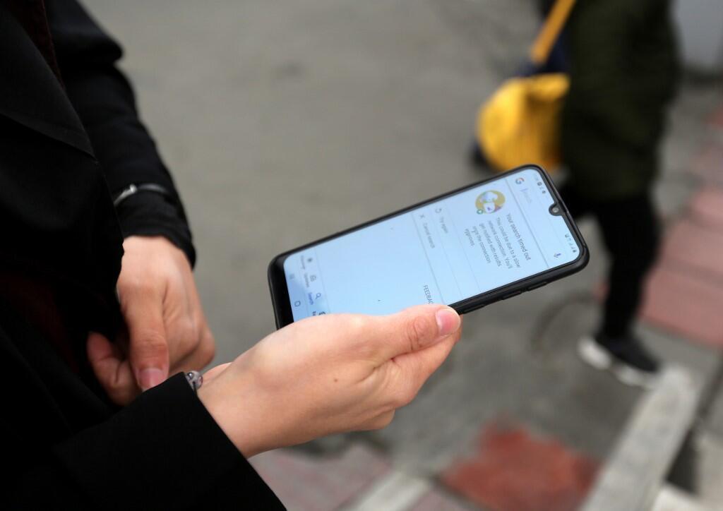 En novembre 2019, une jeune iranienne montre son téléphone portable sans connexion internet à Téhéran.