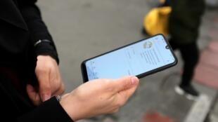Một thiếu nữ Iran và chiếc điện thoại di động không được kết nối internet tại Teheran, 23/11/2019.