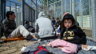 Une famille de migrants, à Röszke, à la frontière entre la Hongrie et la Serbie, le 26 avril 2016.
