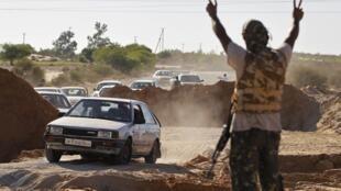 Les civils fuient les combats à Zawiya, le 14 août 2011.