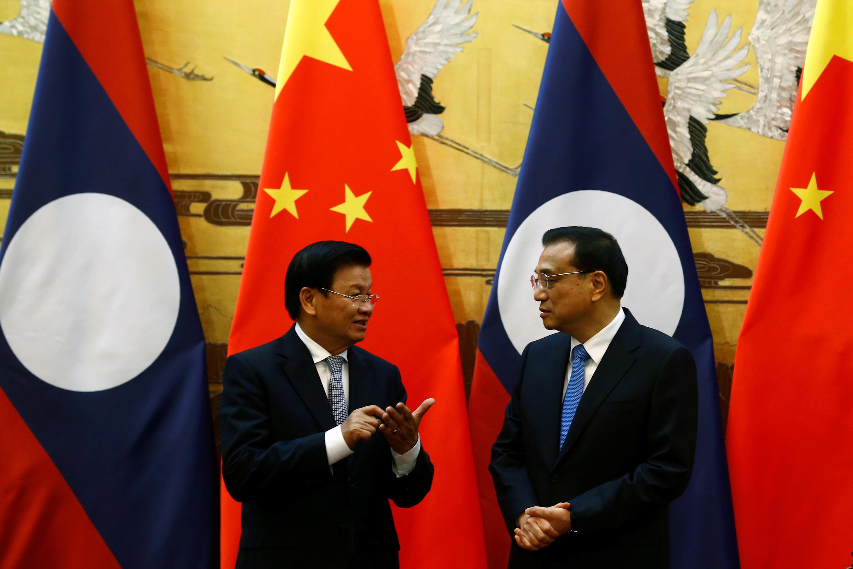 Thủ tướng Lào Thongloun Sisoulith (T) và thủ tướng Trung Quốc Lý Khắc Cường chứng kiến lễ ký các hiệp định hợp tác song phương, Bắc Kinh, ngày 28/11/2016.