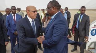 Macky Sall et Mohamed Ould Ghazouani à l'aéroport de Nouakchott le 17 février 2020.