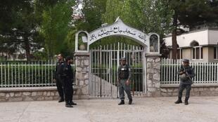 L'entrée de la mosquée Sher Shah Suri gardée par des policiers, le 12 juin 2020 à Kaboul.