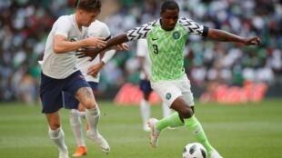 Dan wasan gaba na Najeriya Odion Ighalo, yayin fafatawa da John Stones na Ingila, a wasan sada zumunci tsakanin Ingila da Najeriya a filin wasa na Wembley. 2/06/2018.