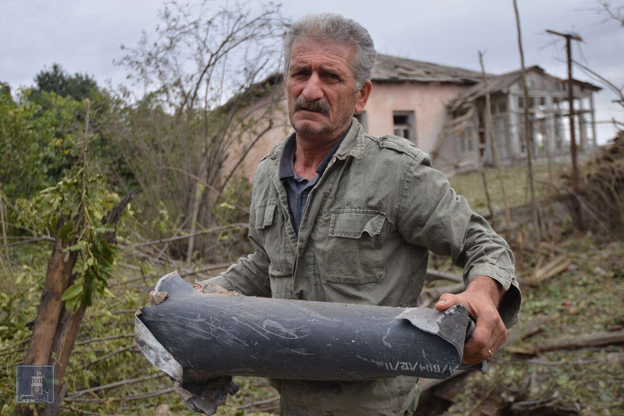 Một mảnh tên lửa rơi vào nhà dân, ở thành phố Martuni, sau cuộc chạm súng giữa lực lượng ly khai Armenia và quân đội Azerbaijan, ở vùng Nagorny Karabakh. Ảnh chụp ngày 28/09/2020.