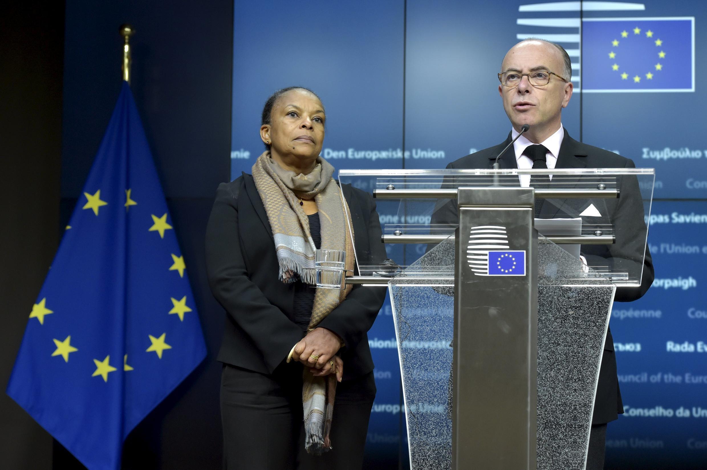 Министр внутренних дел Франции Б.Казнев и французский министр юстиции К. Тобира (слева) после заседания в Брюсселе. 20.11.2015