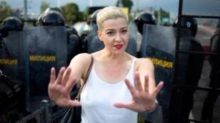 L'opposante Maria Kolesnikova face à la police biélorusse, lors d'un rassemblement à Minsk le 30 août 2020.
