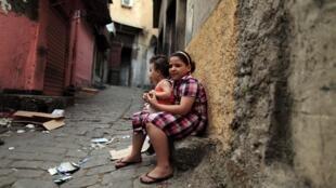 Deux enfants dans les rues de Constantine, métropole du nord-est de l'Algérie.
