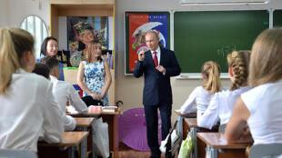 俄總統普京訪問海參崴一所高中資料圖片