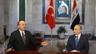 Le chef de la diplomatie turque Mevlut Cavusoglu et son homologue irakienne Mohamed Ali Alhakim, à Bagdad, le 28 avril 2019.