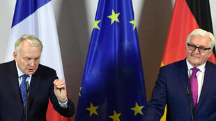Le ministre allemand des Affaires étrangères, Frank-Walter Steinmeier (d), et son homologue français Jean-Marc Ayrault, lors d'une conférence de presse dans la ville de Brandebourg, le 15 juin 2016.